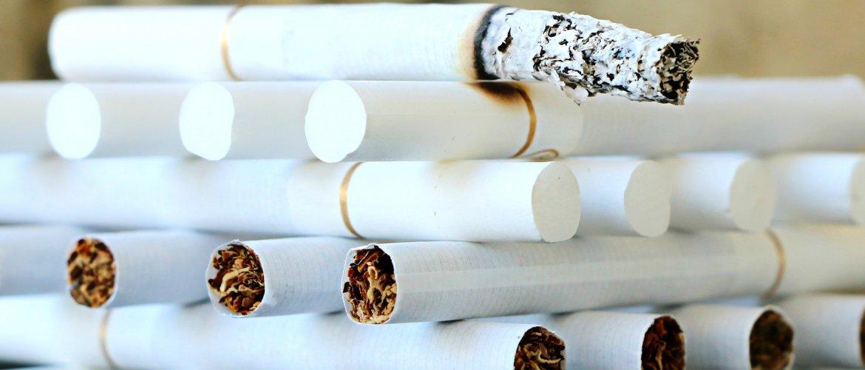 cigarros empilhados.