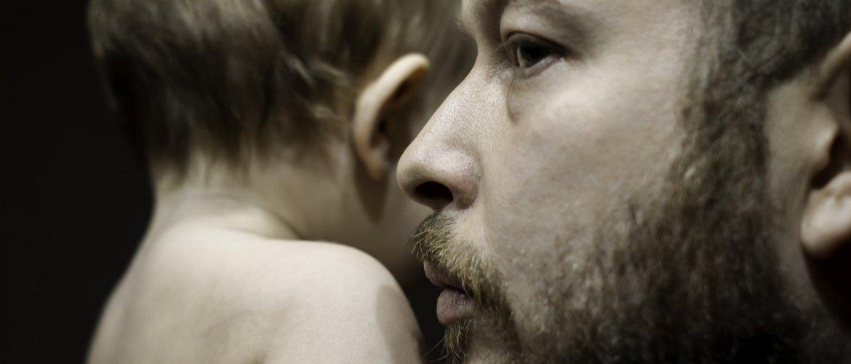Infertilidade no homem. Perfil do risto de um home. e cabeça e ombro de bebê de lado. em preto e branco.