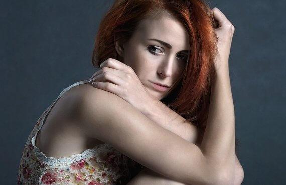 Mulher com dor, pois apresenta endometrioma