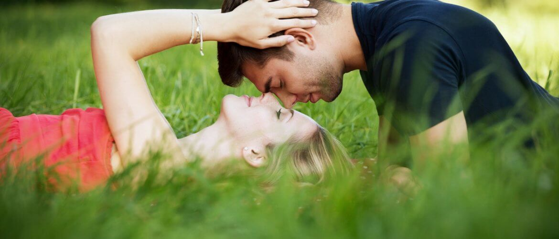 temperatura corporal de casal de tentantes deitado na grama