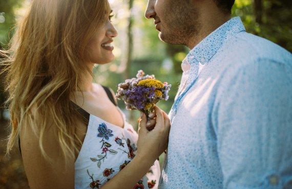 Preservar a fertildade: casal em campo aberto florido