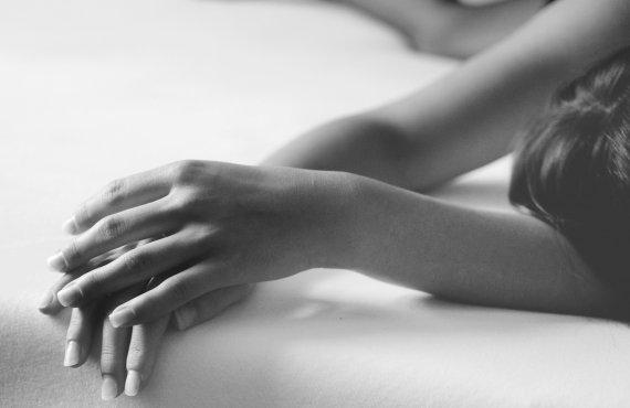 Foto em preto e branco de mulher deitada, com endometrite crônica